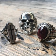 A closer look at the detail that goes into our Coffin Plague and Small Navajo Ring with a cabochon garnet stone.  #thegreatfrog (To shop the website click the link in our bio.)