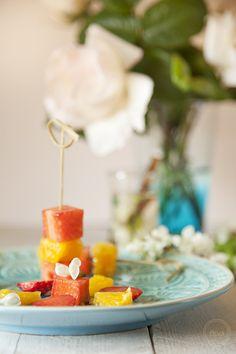Brochetas de fresa, naranja y flor de acacia