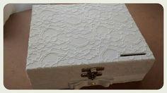 Caixa Cofre Hora do Sapato em MDF primeira linha forrada com renda importada por fora e fundo da caixa e feixo porta cadeado.  Medidas: 22C x 16L x 8A  Tempo de Produção 10 dias uteis para o envio