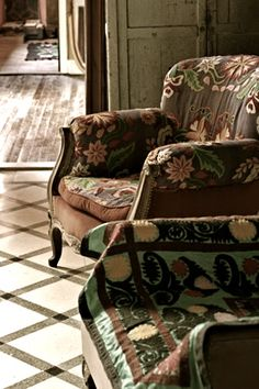 great furniture painting ideas on this page and cute bohemian decor Upholstered Furniture, Home Furniture, Chair Upholstery, Take A Seat, Chair Covers, Style Vintage, Boho Decor, Bohemian Decorating, Decorating Ideas