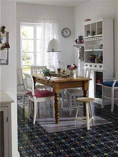 Dieser wunderschön große Küchenschrank bringt eine ganze Menge unter. Das Möbel hat eine herausziehbaren Ablageflächen und Schiebetüren hinter denen man auch nicht so dekorative Dinge verstaut. Die Halterung für Gläser ist herausnehmbar, sie ist nicht für alle Gläser passend.