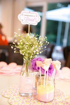 Centro de Mesa para Festa Infantil - Usar um trio de vidrinhos reciclados de vários tamanhos como centros de mesa de convidados também é uma opção linda e de baixo custo. Peça para as amigas e familiares juntarem esses vidros para você e terá um belo e barato centro de mesa para a sua festa. Fonte da imagem Pinterest.