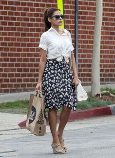 O nó na camisa é o truque perfeito para marcar a cintura de forma diferente. Fica super cool com saia florida.