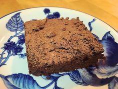 Kesäkurpitsa-tuplasuklaabrownie on terveellinen herkku, joka on sokeriton, viljaton ja maidoton. Tällä voi herkutella hyvällä omalla tunnolla!
