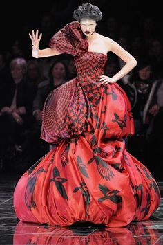 A model walks down the catwalk during the Alexander McQueen Ready-to-Wear A/W 2009 fashion show during Paris Fashion Week at POPB on March 2009 in Paris, France. Couture Mode, Couture Fashion, Runway Fashion, Fashion Photo, Fashion Art, High Fashion, French Fashion, Emo Fashion, Fashion Week Paris