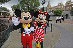 Disneyn teemapuistossa hahmoiksi pukeutuneet työntekijät valittaneet vierailijoiden törkeästä käytöksestä | Yle Uutiset | yle.fi Bbc, Disneyland, Mickey Mouse, Disney Characters, Fictional Characters, Clothes For Women, Google Search, Outfits, Outerwear Women