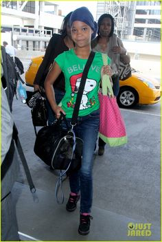 quvenzhane wallis lax flight out after globes 03 Quvenzhane Wallis grabs a hold of her pet carrier as she arrives at LAX airport with her mom in Los Angeles on Friday afternoon (January 16).    The 11-year-old…