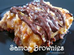 If you've got any Girl Scouts in your life or your neighborhood then you've probably heard of or eaten those insanely good Samoa Coo. No Bake Desserts, Just Desserts, Delicious Desserts, Dessert Recipes, Yummy Food, Bar Recipes, Samoa Brownies, Yummy Treats, Sweet Treats