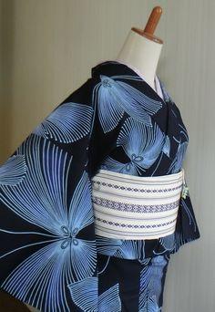 藍色の浴衣地に線描で描かれた大きな蝶々の模様が とても涼し気で上品な染め浴衣です。