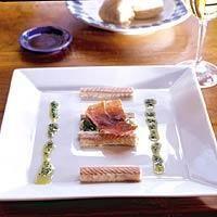 Gerookte paling met bloemkoolmousse peterselie-olie en Parmaham.