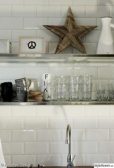 glas,print,peace tavla,öppna hyllor i köket,svarta och vita kaffekoppar