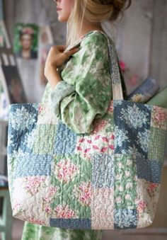 Patchwork and quilt – Page 6 – Tildas World Sacs Tote Bags, Quilted Tote Bags, Patchwork Bags, Crazy Patchwork, Patchwork Quilting, Sac Week End, Fabric Bags, Fabric Basket, Summer Bags