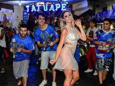 Uau! Carol Narizinho usa vestido transparente ao ser apresentada como Princesa do Carnaval