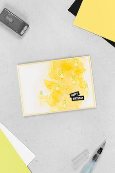 Eine Geburtstagskarte mit Aquarell-Effekt in der Farbkombination Osterglocke, Limette, Flüsterweiß und Schwarz, welche mit der Ananas aus dem Stanzpaket Freche Früchtchen und dem Stempelset Gute-Laune-Korb von Stampin' Up! gebastelt wurde