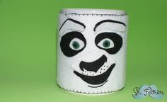 Cinta para caneca Kung Fu Panda - passo a passo em vídeo. #felt #feltro #pattern #handmade #kungfupanda #panda #selfmade #DIY #PAP #caneca #mug #hot Kung Fu Panda, Drink Sleeves, Doll, Mugs, Tableware, Log Projects, Colors, Ideas, Dinnerware