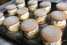 Dokonalé, dokonalé a ešte raz dokonalé. Medové krémeše na jeden skus. Krásne vyzerajú a ešte lepšie chutia. Určite vyskúšajte. Piekla som ich na oslavu narodenín. Autor: Mineralka Baking Recipes, Dessert Recipes, Mini Pastries, Homemade Sweets, Chocolate Pies, Cafe Food, Decadent Cakes, Recipes From Heaven, Mini Desserts