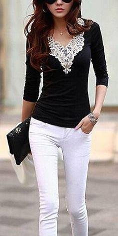 Conjunto clásico blanco y negro pero con cuellito de encaje blanco.