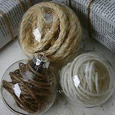 Boules de Noël décorées de ficelle