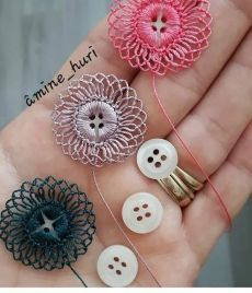 Crochet Button Flowers Video Free Pattern Lots Of Ideas Crochet Buttons, Crochet Motifs, Crochet Flower Patterns, Thread Crochet, Crochet Crafts, Crochet Flowers, Crochet Stitches, Crochet Projects, Sewing Crafts