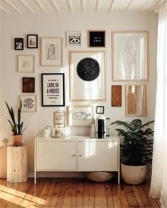 Decorative shopping: the sleek farmhouse apartment of Brook & Peony, stylist - . - Decorative shopping: the sleek farmhouse apartment of Brook & Peony, stylist – Rustic and refine - Rooms Home Decor, Decor Room, Cheap Home Decor, Living Room Decor, Diy Home Decor, Bedroom Decor, Bedroom Wall, Living Room Gallery Wall, Bedroom Furniture