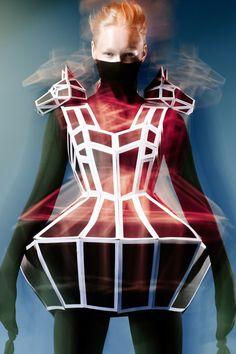 Futuristische mode, prints, kunst etc. heb ik altijd heel apart gevonden. I hou wel van strakke rechte symmetrische lijnen en vormen. Zoals je kunt zien op deze jurk. De schouders vormen 2 koppen van een hond. De bewerking van de foto past ook precies bij deze stijl. Blurry en vaag.