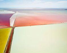 Die Ränder der Salzpfannen sind weiß verkrustet - die Konzentration an Salz ist...