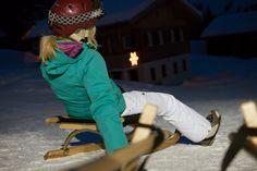 Nachtrodeln - für alle, die keinen eigenen Rodel haben oder mitnehmen wollen, gibt es den Rodelverleih direkt bei Tal- und Bergstation der Garfrescha Bahn. Besonders praktisch: Du musst die Rodel nicht selber auf den Berg transportieren, sondern kannst sie direkt bei der Bergstation abholen. Nachdem du die längste Nachtrodelbahn in Vorarlberg bewältigt hast, kann der Rodel einfach im Tal abgegeben werden. Das Liftpersonal organisiert den Transport für dich. #silvrettamontafon #luge #night Bahn, Renting, Mountains, Sporty, Simple