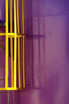 Los colores complementarios son aquellos que se encuentran enfrentados en el círculo o rueda cromática. En este caso el verde y el rojo (o un verde y un rojo) como lo son el amarillo y el violeta, o el azul y el naranja, y así todos los tonos de la rueda.   Los colores complementarios son los que generan el mayor contraste en la combinación de dos colores que podamos elegir para pintar nuestra casa.