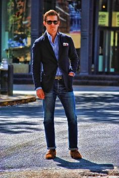 blue blazer, jeans and either white, oxford blue, or pink shirt = always chic .must match belt and shoes for elevated look but if its a casual night that is cool enough for a blazer, throw on flip flops no problem Gentleman Mode, Gentleman Style, Sharp Dressed Man, Well Dressed Men, Dress Code Casual, Style Masculin, Herren Style, Blazer With Jeans, Blazer Shirt