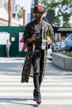 A Semana de Moda de Nova York mal começou e já trouxe de polêmicas a desfiles estrelados, casos respectivamentedas apresentações da Yeezy , de Kanye West, e de Tom Ford , em esquema see now, buy now luxuoso, com plateia de celebridades da moda e do cinema. Nas ruas, os fashionistas incorporaram o espírito sem frescuraem voga nas passarelas de marcas importantes de streetwear, apostando em tênis e sapatos baixos, macacões e looks tipo leisurewear. Mesmo quando a produção tem peças mais…