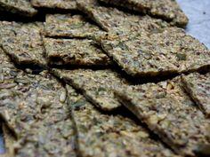 GLUTEENITON NÄKKILEIPÄ 5dl siemeniä (itse käytin auringonkukan-, kurpitsan-, seesamin- ja pinjansiemeniä) 5rkl pellavansiemeniä 1tl ruususuolaa 4 kananmiunaa 4rkl oliiviöljyä  Hienonna siemeniä tehosekoittimessa/sauvasekoittimella (itse jätin aika karkeaksi, sillä tykkään että leivässä on purupintaa) ja sekoita joukkoon suola, kananmunat sekä oliiviöljy. Levitä taikina uunipellille ja paista 150asteisessa uunissa 30minuuttia.