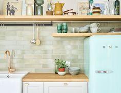 Een betaalbare, oude woning kopen en verbouwen is niet evident en dat loopt ook niet altijd van een leien dakje. Dat realiseerden Cara en Wouter zich maar al te goed. Vooral de indeling moest grondig aangepakt worden opdat de woning zou voldoen aan de huidige normen en behoeften. Maar toch wou het koppel het originele karakter van de woning behouden, een vleugje nostalgie naar het verleden zeg maar. #interieurdesign #keuken #keukeninspiratie White Wood Kitchens, Kitchen Cabinets, Home Decor, Functional Kitchen, Living Spaces, Home, Nostalgia, Decoration Home, Room Decor
