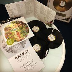"""El viernes 16 de diciembre por fin podremos sacar a la venta la edición en VINILO del último trabajo de Kase.O """"El Círculo"""". A parte de sonar bien gordo, es una edición de lujo con una carpeta doble, poster edición especial y triple vinilo, el último de ellos con 8 acapellas exclusivas.  A partir de hoy puedes reservar tu copia en @comun20 y a @javatojones_store Colombia también llegará proximamente.  #KaseOElCirculo #KaseO #elcirculo #vinyl"""