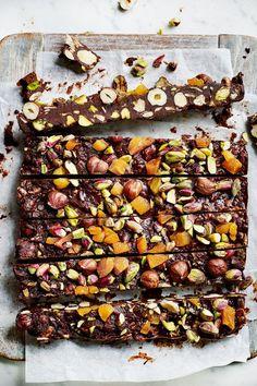 barrinhas geladas de chocolate e frutos secos: uma estrada que é o caminho para o paraíso