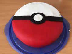 Pokeball-Kuchen :-) Innen Biscuit und Schokobuttercreme, außen mit Fondant überzogen