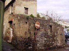 Piazza, antiche case di pietruccia e calce