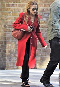 Mary-Kate Olsen dons long and bright red coat while out in New York Olsen Fashion, Star Fashion, Look Fashion, Red Fashion, Fashion Clothes, Fashion Trends, Ashley Olsen Style, Olsen Twins Style, Mary Kate Ashley