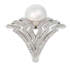 Stephen Webster Lady Stardust pearl ring in white gold, set with a South Sea pearl and diamond pavé.