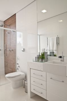 Contrast wood with white Bathroom Layout, Bathroom Interior Design, Small Bathroom, Kitchen Wall Tiles, Shower Remodel, Bath Design, Small Apartments, Interior Architecture, Sweet Home