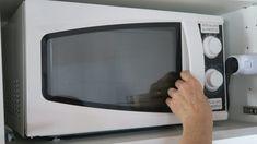 La maggior parte delle persone usa il microonde come aiuto in cucina, ma non proprio per cucinare... Eppure usare il microonde è un grande aiuto...