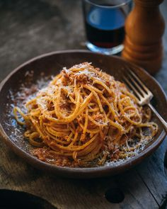 This bolognese recipe uses pureed aromatic vegetables to provide flavour and mouthfeel in the sauce. Meat is used as an accent to a delicious tomato sauce. How To Make Spaghetti, How To Cook Pasta, Making Spaghetti, Pasta Recipies, Meal Recipes, Family Meal Planner, Pasta Alternative, Malaysian Cuisine, Bolognese Recipe