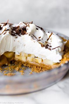 This easy banoffee pie combines a crunchy graham cracker crust, sweet dulce de leche, thick slices of fresh banana, and a mountain of billowy whipped cream. Homemade Desserts, Easy Desserts, Delicious Desserts, Sweet Whipped Cream, Homemade Whipped Cream, Tart Recipes, Baking Recipes, Sweet Recipes, Graham Crackers