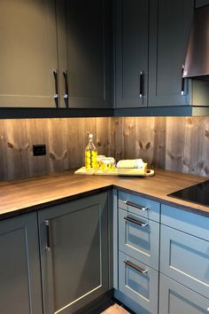 Green Kitchen, Kitchen Dining, Kitchen Cabinets, Rustic Kitchen Design, Dream House Interior, Cabins In The Woods, Kitchen Interior, Rustic Homes, Cottage