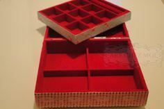 Caixa flocada com 9 divisórias com bandeja aberta