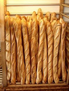 La baguette de pain, qui est appelée pain français par les Belges et les Québécois, est l'un des symboles de notre pays, au même titre que le vin ou le camembert. Nous vous proposons de découvrir l'histoire et les caractéristiques de ce pain que le monde entier nous envie.