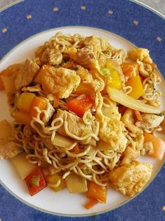 Chinesisch gebratene Nudeln mit Hühnchenfleisch, Ei und Gemüse Chinese fried noodles with chicken meat, egg and vegetables, a sophisticated recipe from the student kitchen category. Turkey Recipes, Pork Recipes, Asian Recipes, Chicken Recipes, Ethnic Recipes, Chinese Recipes, Pizza Recipes, Easy Healthy Recipes, Easy Meals