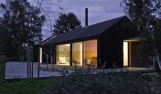 Auf der Insel Møn, am Råbylille Strand, etwa 350m vom Wasser entfernt, liegt das lichte, großzügige und konsequent moderne Haus Black+Bright. Pure Formen, D