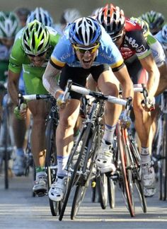Mark Cavendish: Leaving Freire and McEwen behind at the 2008 Tour Photo: © AFP Mark Cavendish, Manx, Wonders Of The World, Cycling, How To Memorize Things, Bicycle, Tours, Sport, Group