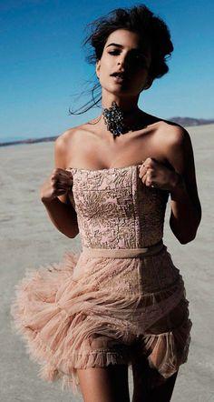 Queen Of The Desert Publication: Vogue Spain February 2017 Model: Emily Ratajkowski Photographer: Miguel Reveriego Fashion Editor: Belén Antolin Hair: Maranda Make Up: Vincent Oquendo Fashion Moda, Vogue Fashion, Look Fashion, New Fashion, Trendy Fashion, Fashion Show, Fashion Outfits, High Fashion, Grace Elizabeth