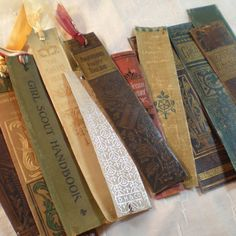 Book spine bookmarks Remove dust from your old , damaged books and make something new and useful! Check out this creative book crafts! You can make jewelry box , la. Fun Crafts, Paper Crafts, Retro Crafts, Vintage Crafts, Book Page Crafts, Old Book Crafts, Do It Yourself Inspiration, How To Make Bookmarks, Diy Bookmarks